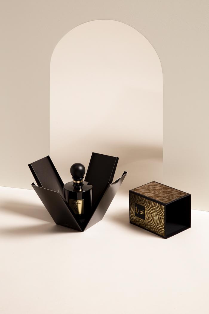 Scatola per profumo per Teatro Black project. Scatola due pezzi, coperchio alto, immagine coordinata