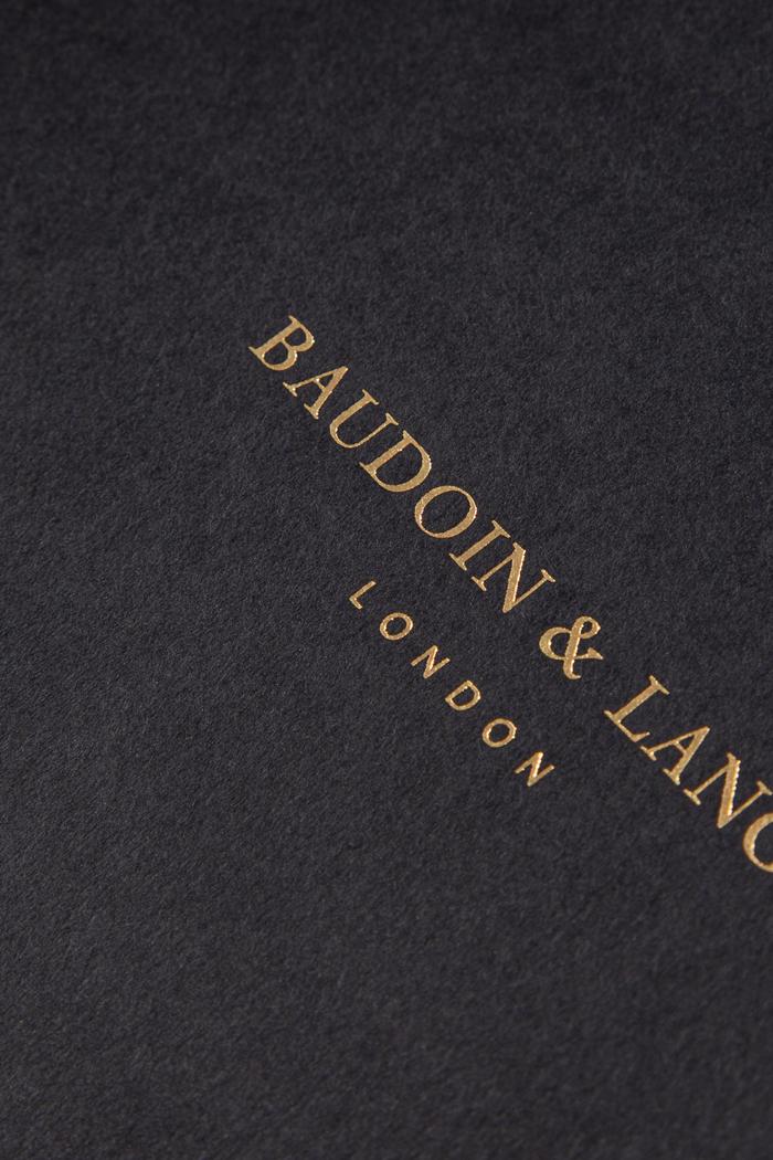 Carta in pasta grigio antracite e stampa a caldo oro